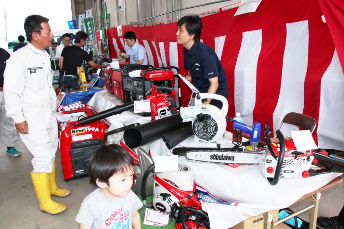 屋内展示ブースには有名メーカーの小物機械を出展